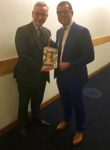 Visserijminister Michael Gove en EU-parlementslid Sander Loones