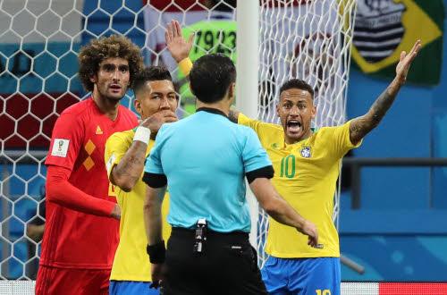 Neymar da Silva in een rechtstaande pose