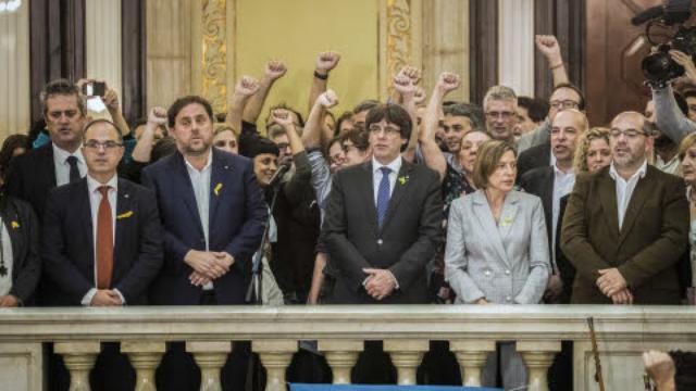 Catalaanse parlementsleden na de zegevierende stemming