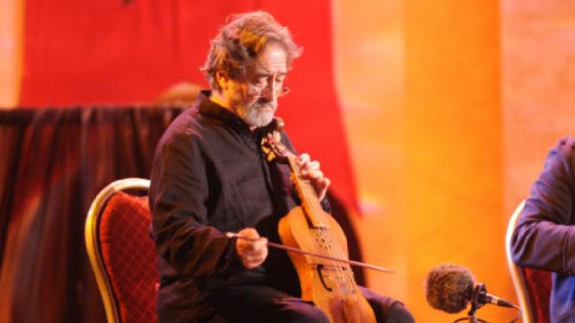 Een van de meesters van de oude muziek aan het werk