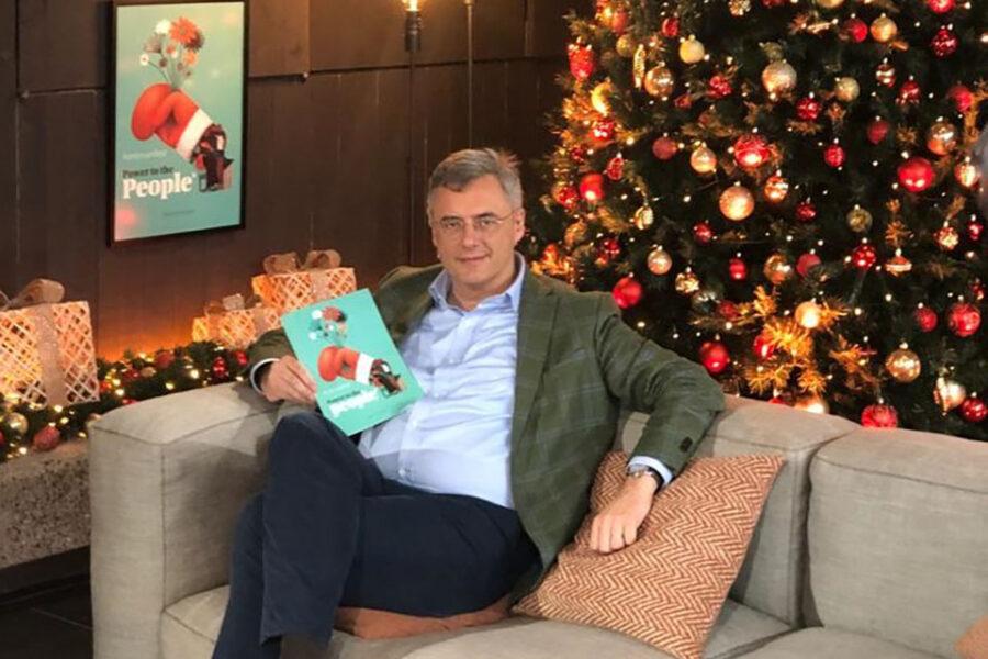 Joachim Coens stelt zijn kerstmanifest voor aan de kerstboom